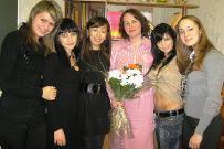 Елена Анатольевна Александрова – учительница школы № 4 в кругу своих бывших учеников