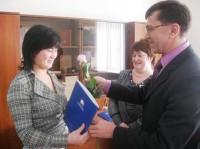 Булат Бахтиев вручает документы на право использования материнского капитала Гульжан Ибрашовой