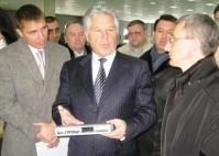 Павел Ипатов во время посещения завода «Моссар»