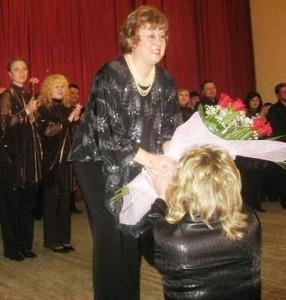 Заместитель главы по социальной сфере Анна Паршина вручает цветы руководителю театра Людмиле Лицовой