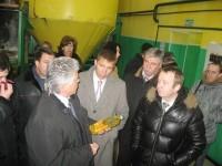 Губернатор в цеху «Товарного хозяйства», где производится отжим маслосемян.