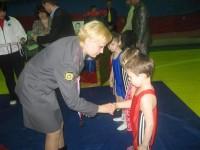 Светлана Приказчикова поздравляет Сергея Грибова, ставшего в своей весовой категории чемпионом