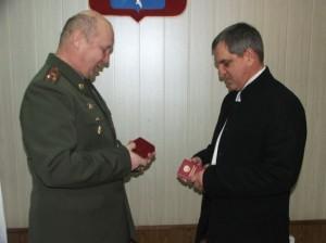 Награду Игорю Деревянко вручает военный комиссар Саратовской области