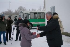 Павел Ипатов вручает ключи  от новой квартиры