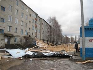 Снесло крыши 10 домов