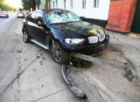 Автомобиль BMW x6 протаранил забор