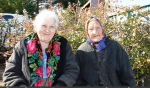 Прасковья Гришина (справа) не сдается годам и старается быть полезной родным