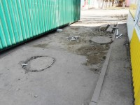 Ларёк поставили на канализационном колодце
