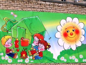 Плакаты с героями мультфильмов во дворах