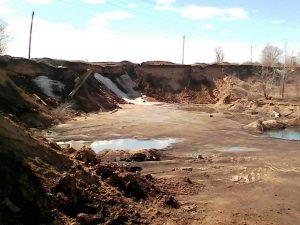 Копатели песка обрушили канализационный коллектор и овраг на окраине города две недели заливало нечистотами