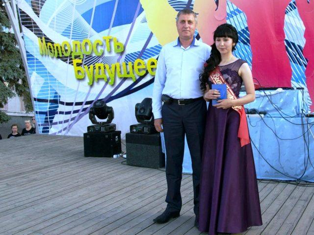 Школьных медалистов чествовали в День молодежи
