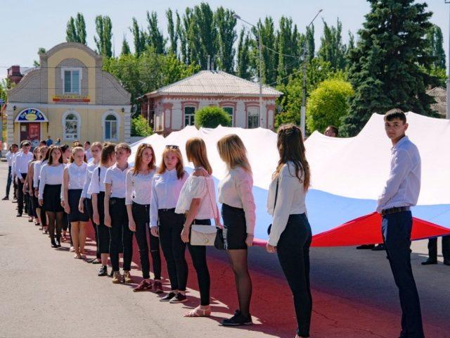 Флаг России подняли на Центральной площади Маркса