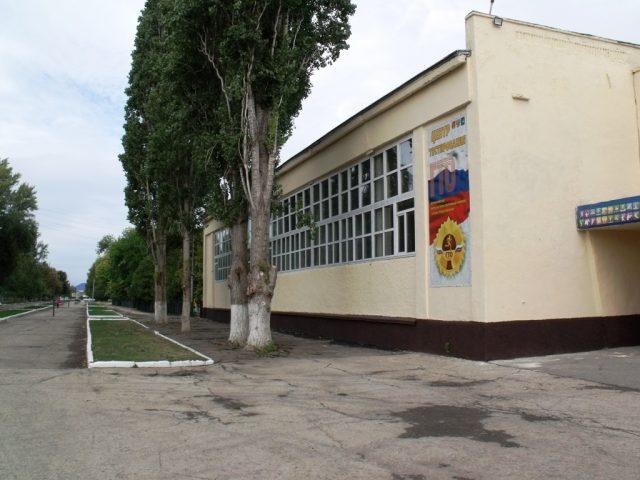 Глава района контролирует ремонт Дома физкультуры в Марксе