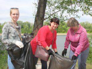 Экологические активисты очистили береговую линию Волги