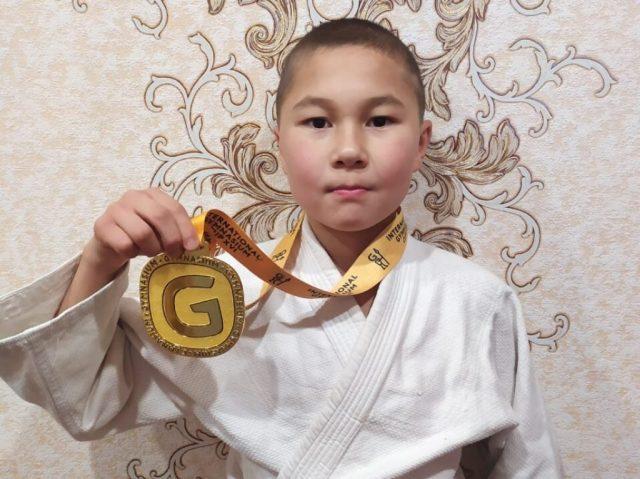 Золото международных соревнований по джиу джитсу взял Аскар Байдушев
